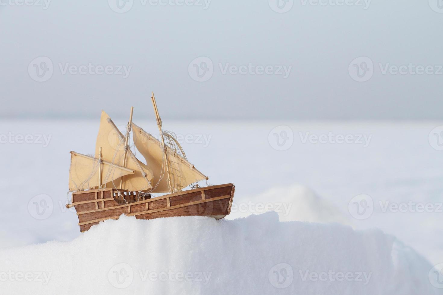 o navio de brinquedo na neve foto