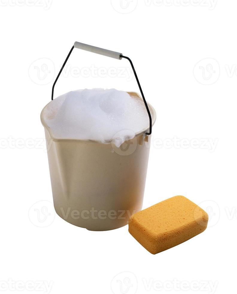 balde com espuma e esponja de banho foto