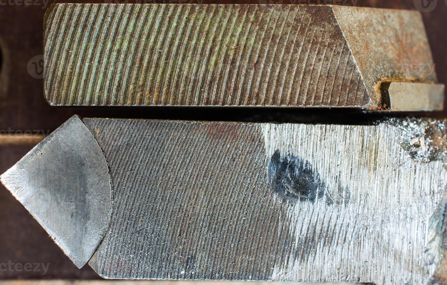 parte de uma ferramenta de torno de aço desgastada velha foto