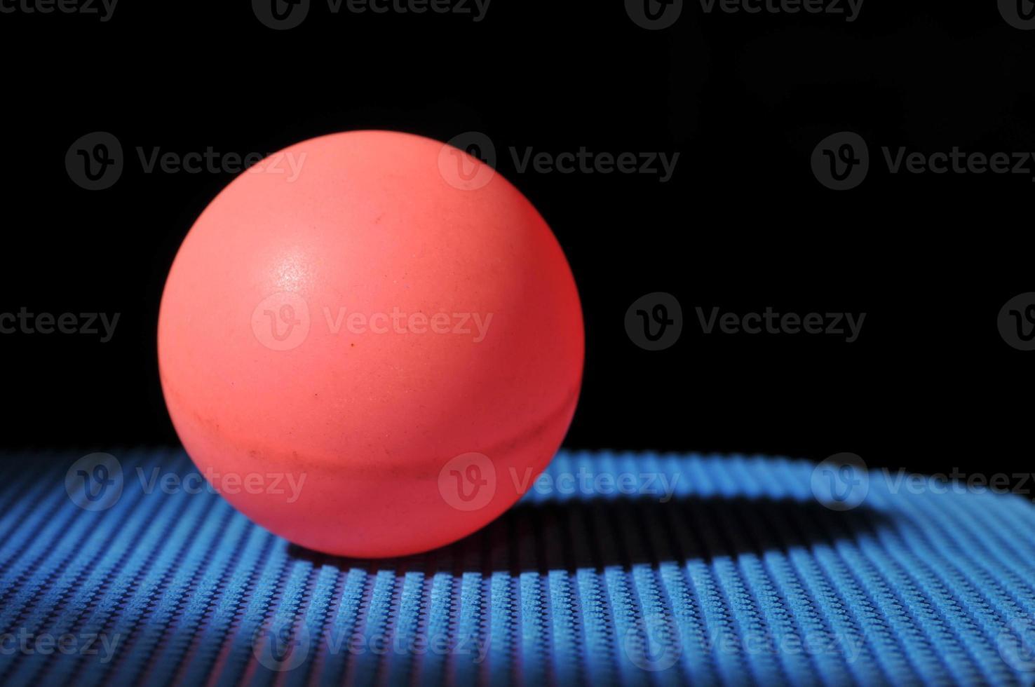bola de ping pong com raquete de tênis de mesa foto