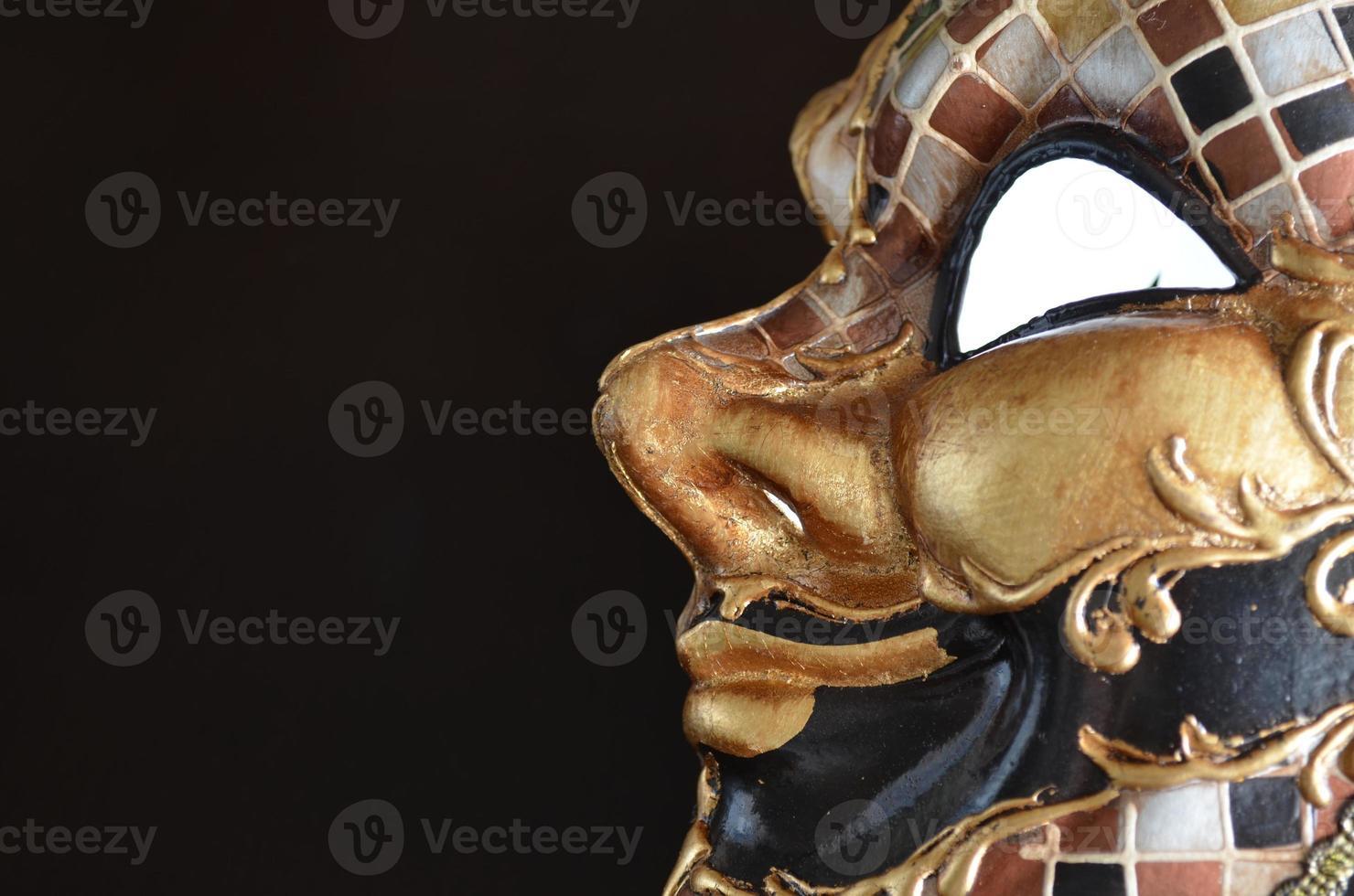 máscara veneziana em um fundo escuro foto