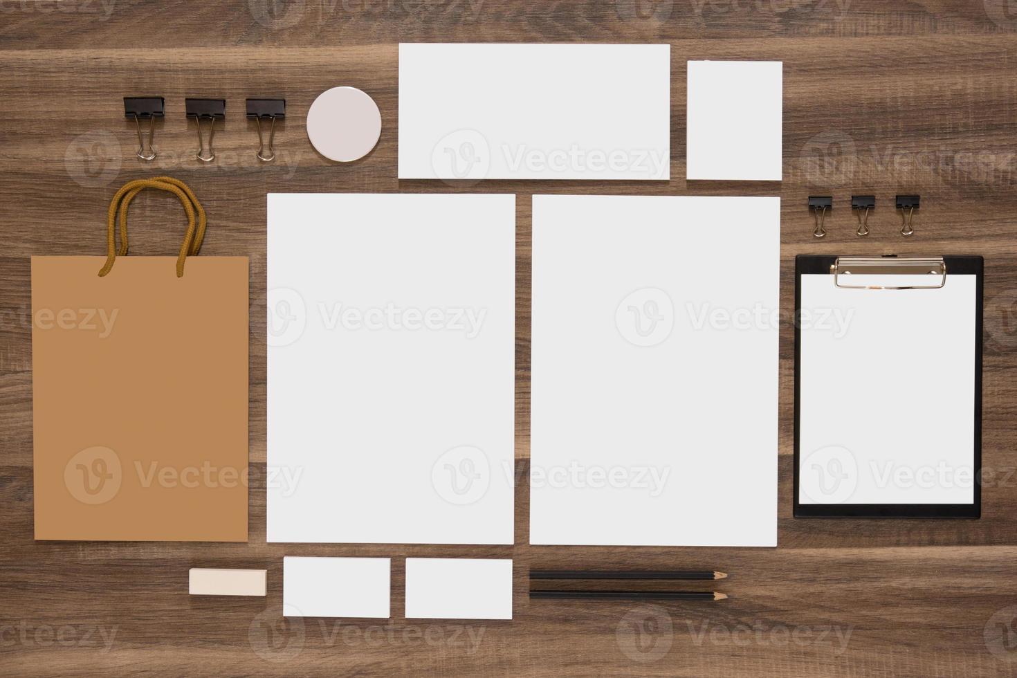 grupo de artigos de papelaria com sacola de compras e cartões de visita foto