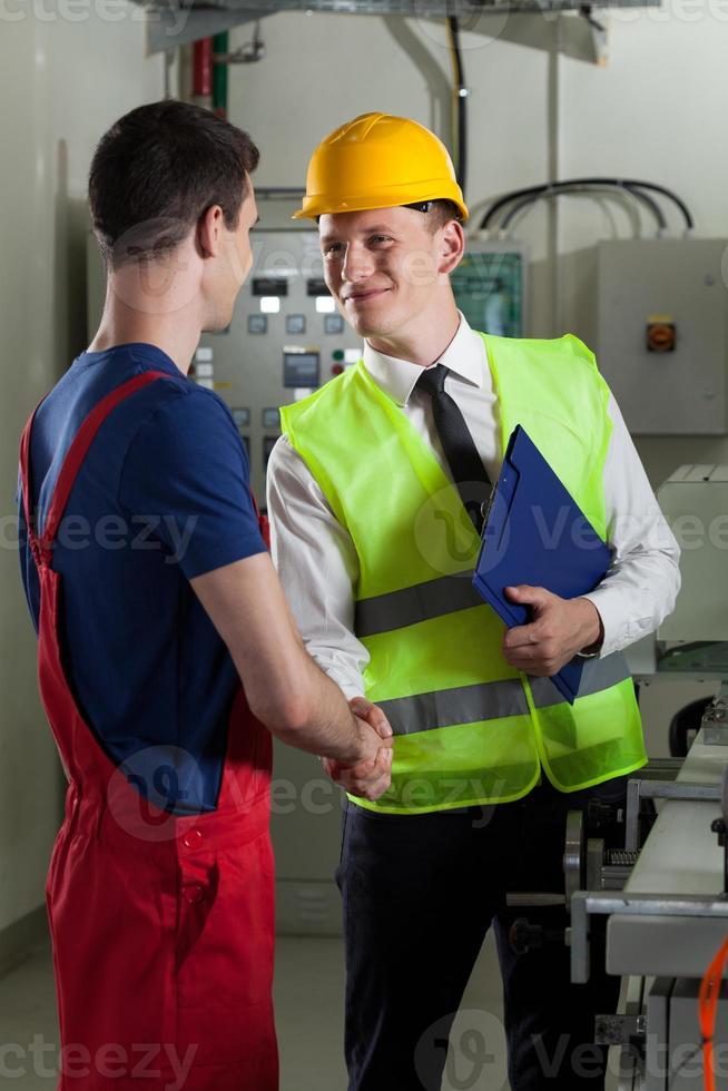 bem-vindo em uma fábrica foto