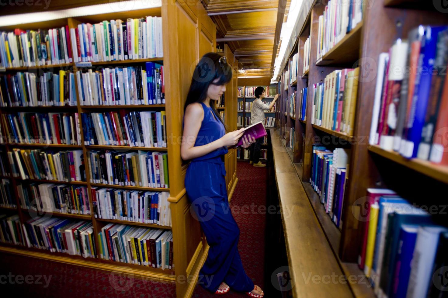 alunos lendo em uma biblioteca foto