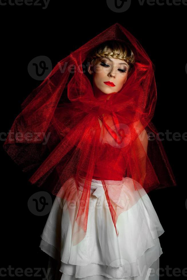 menina triste no vestido vermelho e branco foto