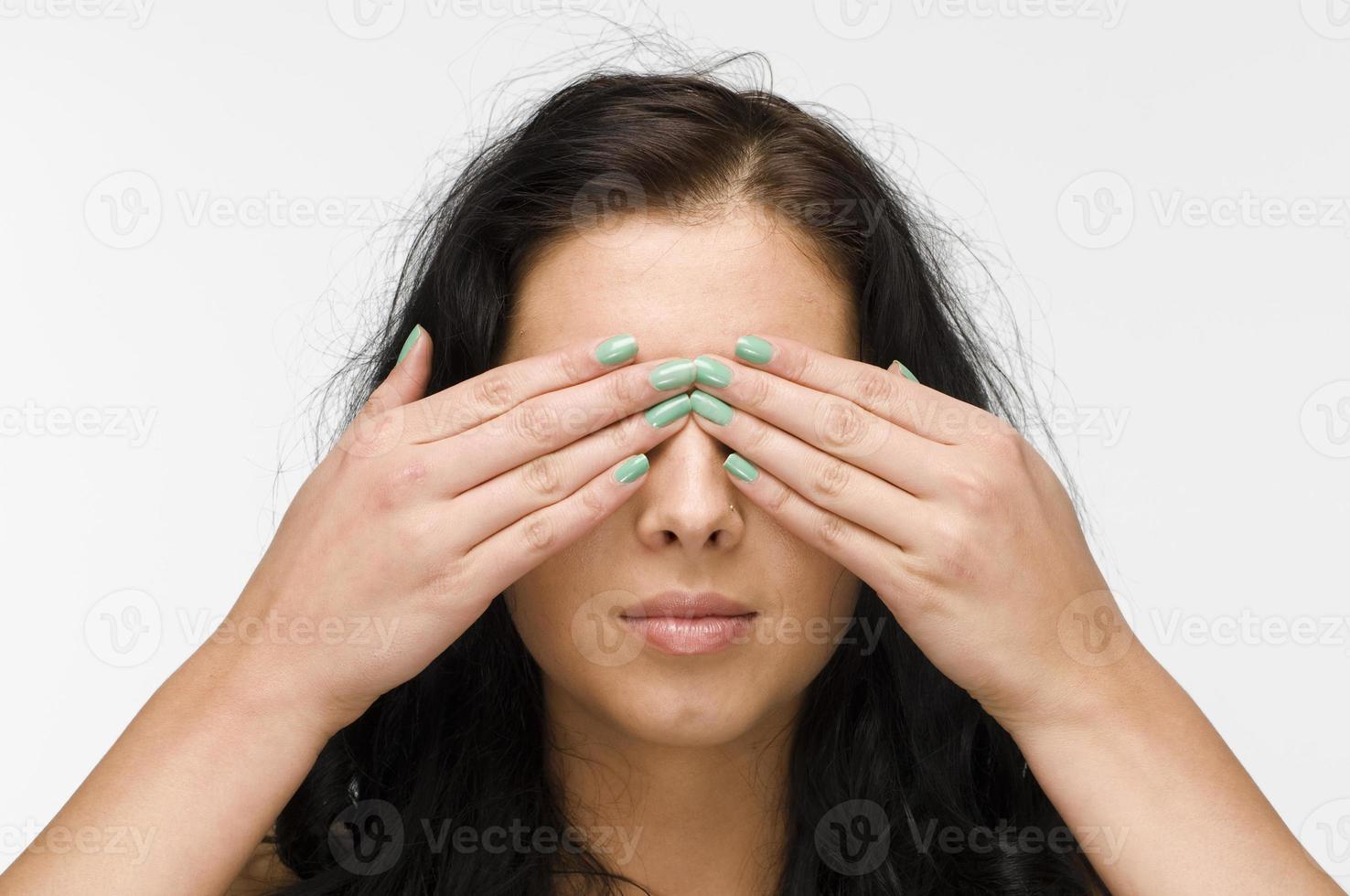 olhos fechados cabelo preto foto