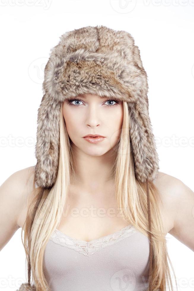 jovem mulher com chapéu de pele foto