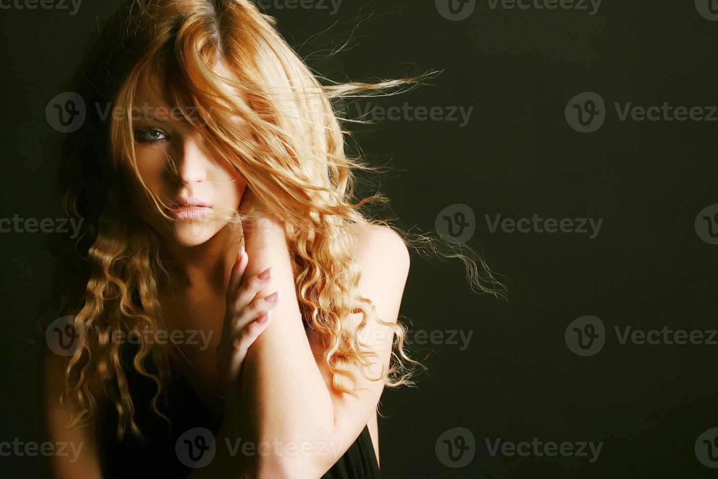 close-up de um rosto de mulher jovem foto