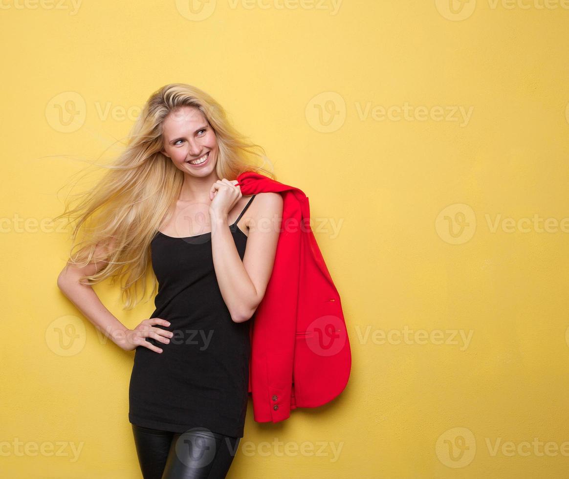 mulher jovem sorridente, segurando o casaco foto