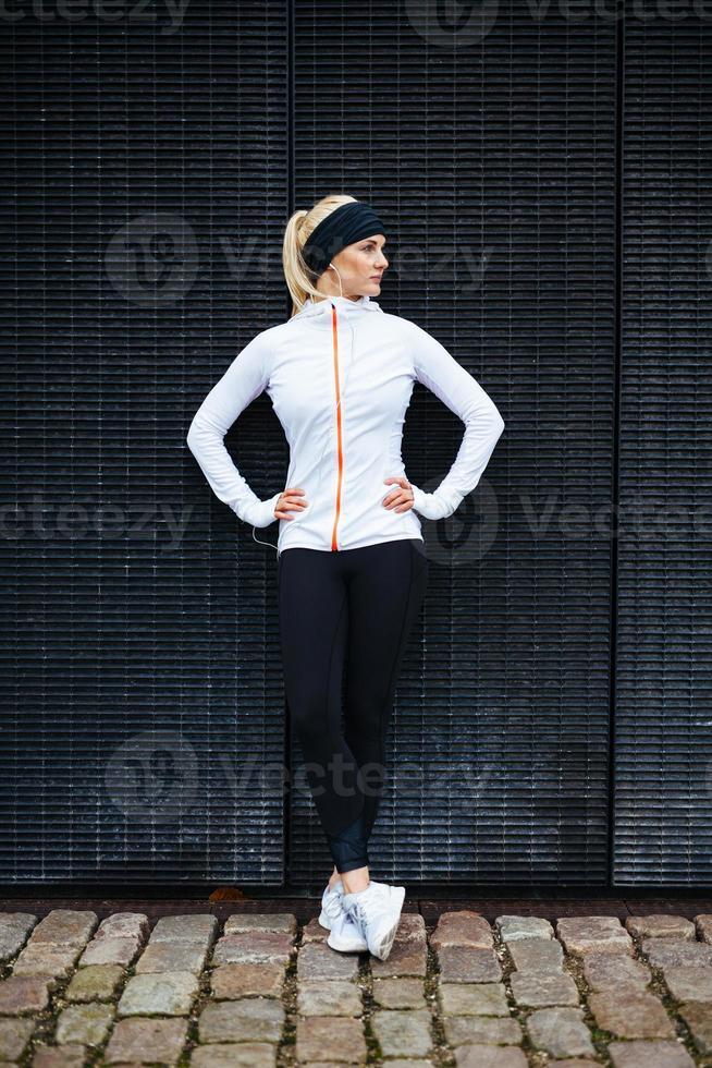 atleta feminina descansando depois de correr na cidade foto