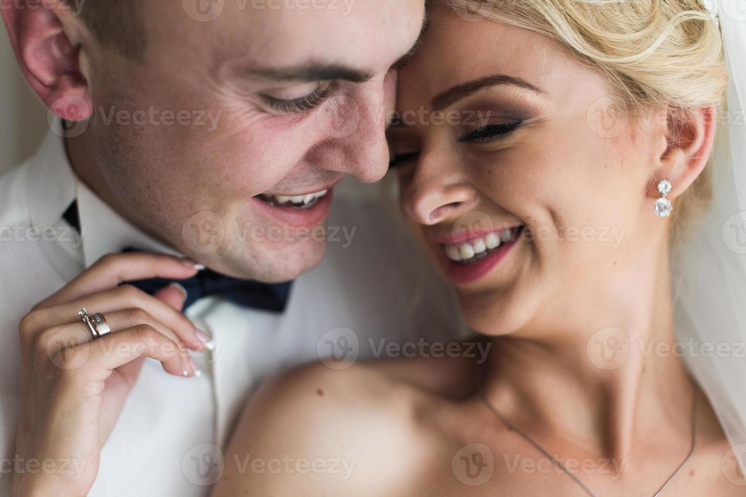 lindo casal no quarto de hotel foto