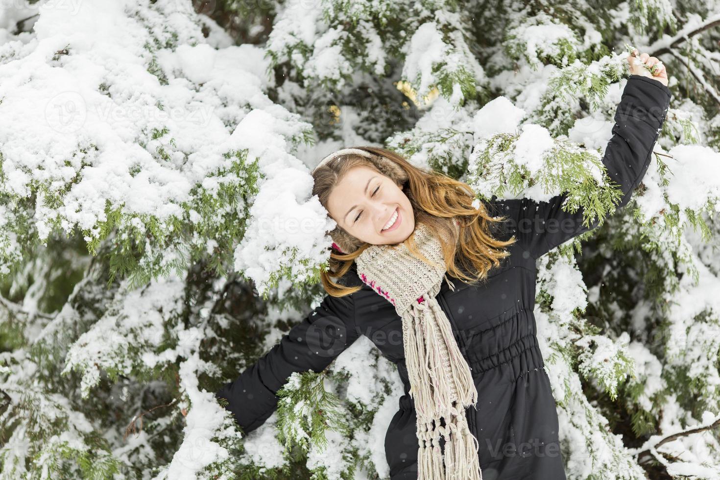 jovem no inverno foto
