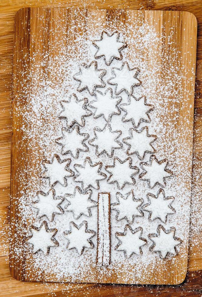 estrelas de canela de biscoitos de Natal com fundo de madeira foto