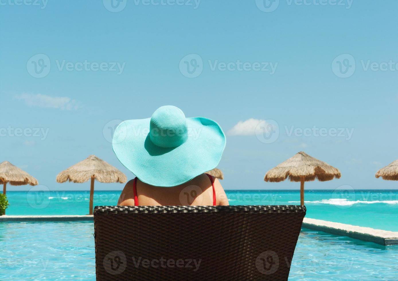banhista de férias de praia tropical vendo piscina, quiosques, mar do caribe foto