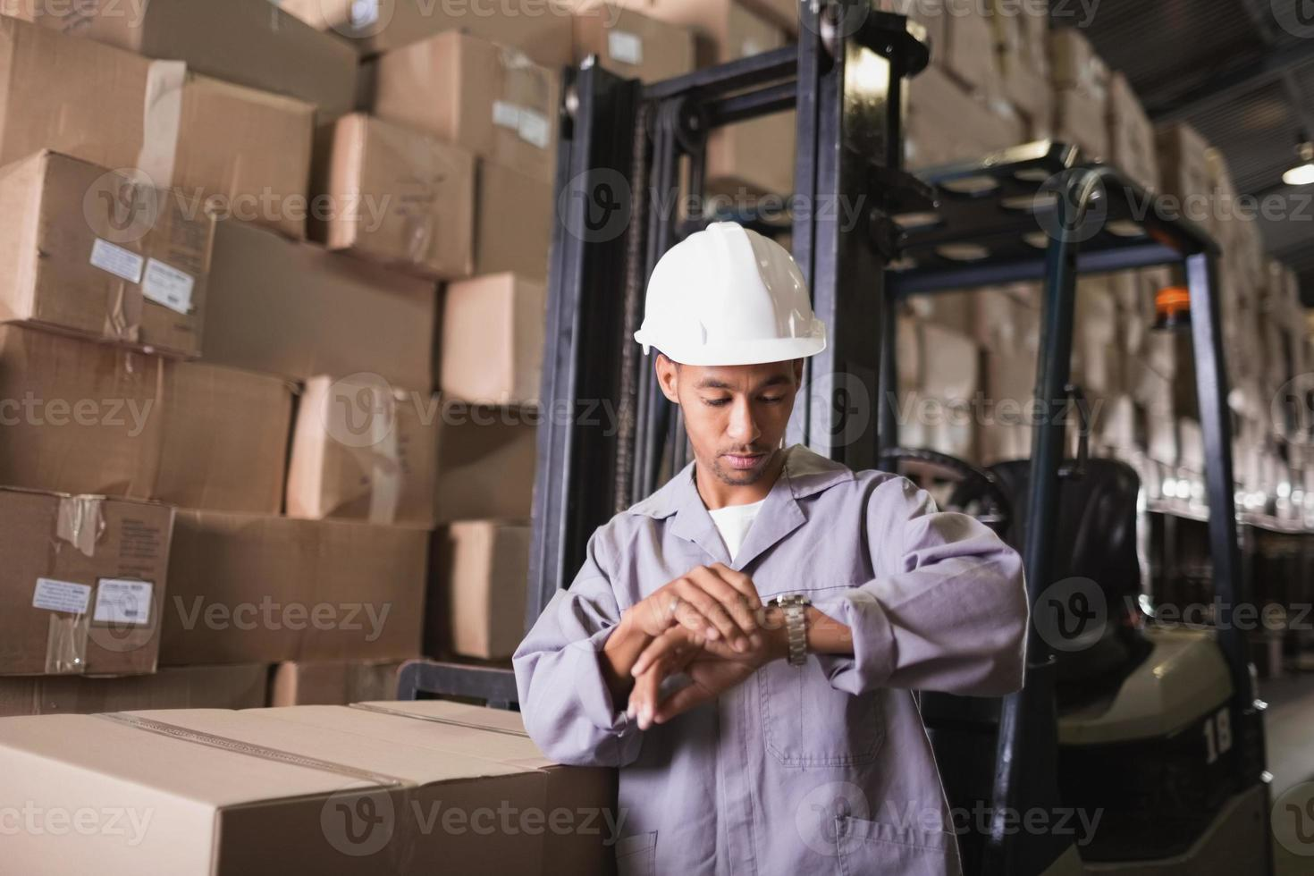 trabalhador de armazém, verificando o tempo foto