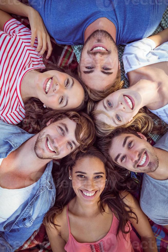 amigos felizes amontoados em cirlce foto