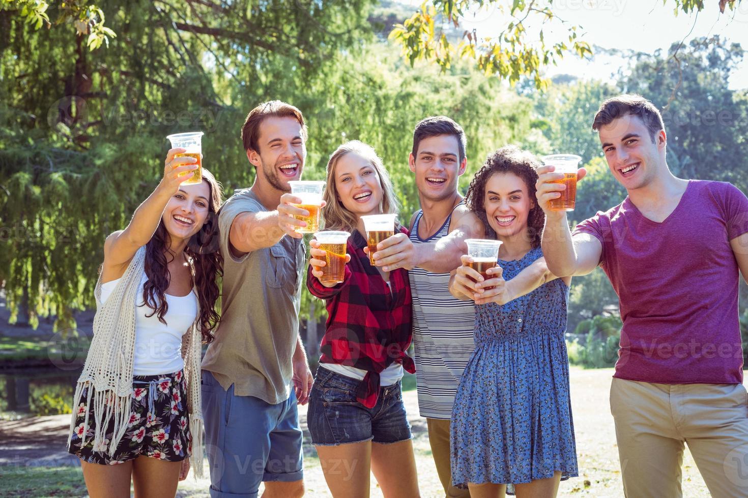 amigos felizes no parque tomando cervejas foto