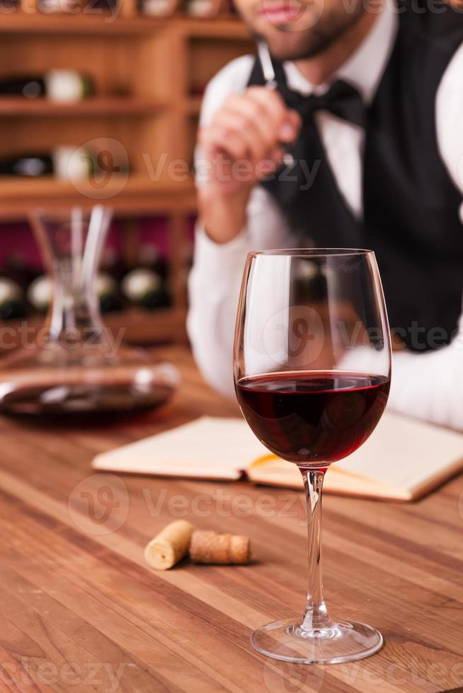 escrevendo notas sobre vinho. foto