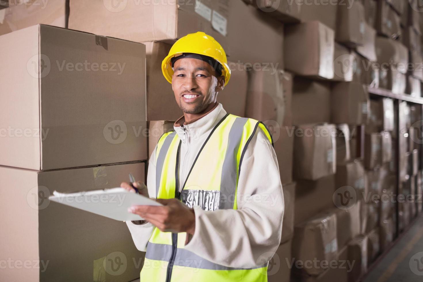 trabalhador de armazém com prancheta foto