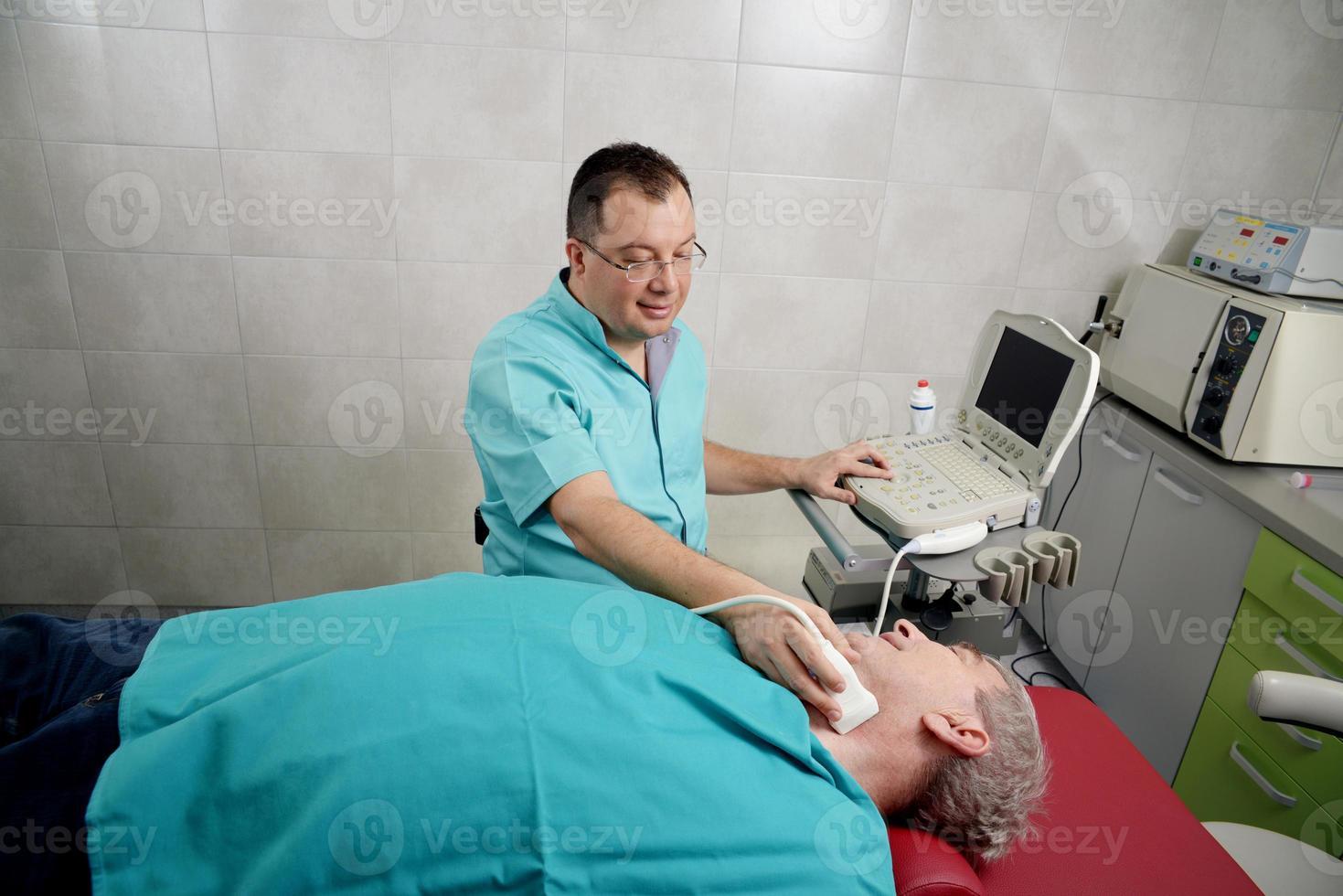 homem, obtendo o exame feito por um profissional médico foto