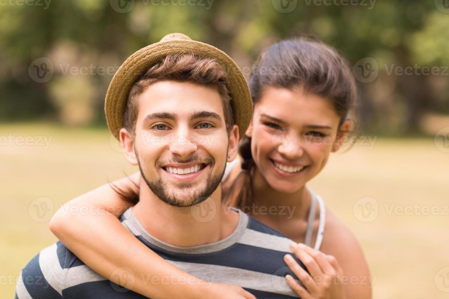 casal fofo no parque foto