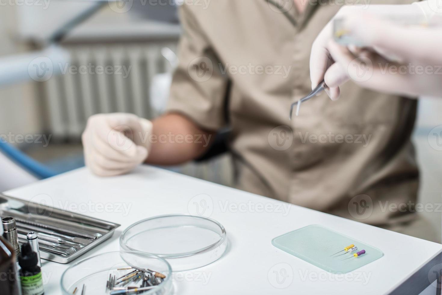 dentista curando um paciente. selecione itens do dentista para usar foto