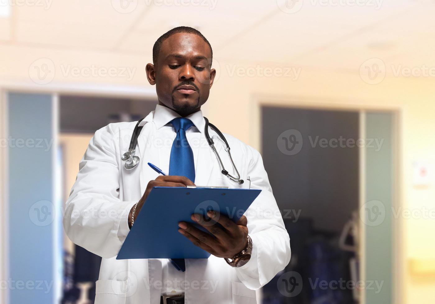 médico escrevendo sobre uma prancheta foto