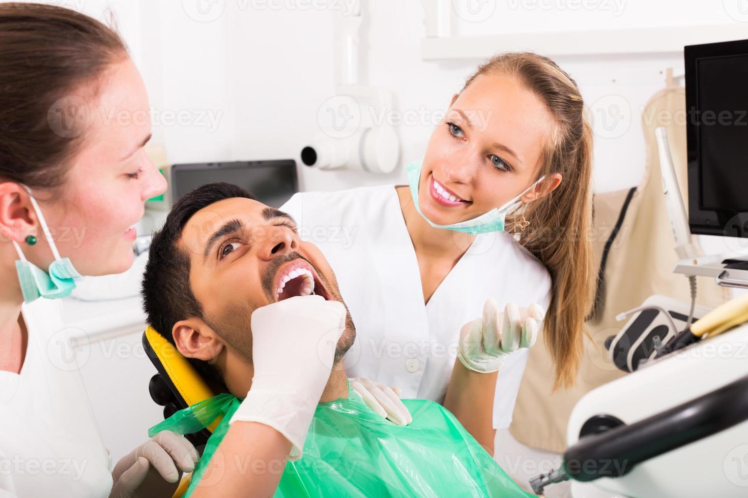 paciente no consultório de cirurgia foto