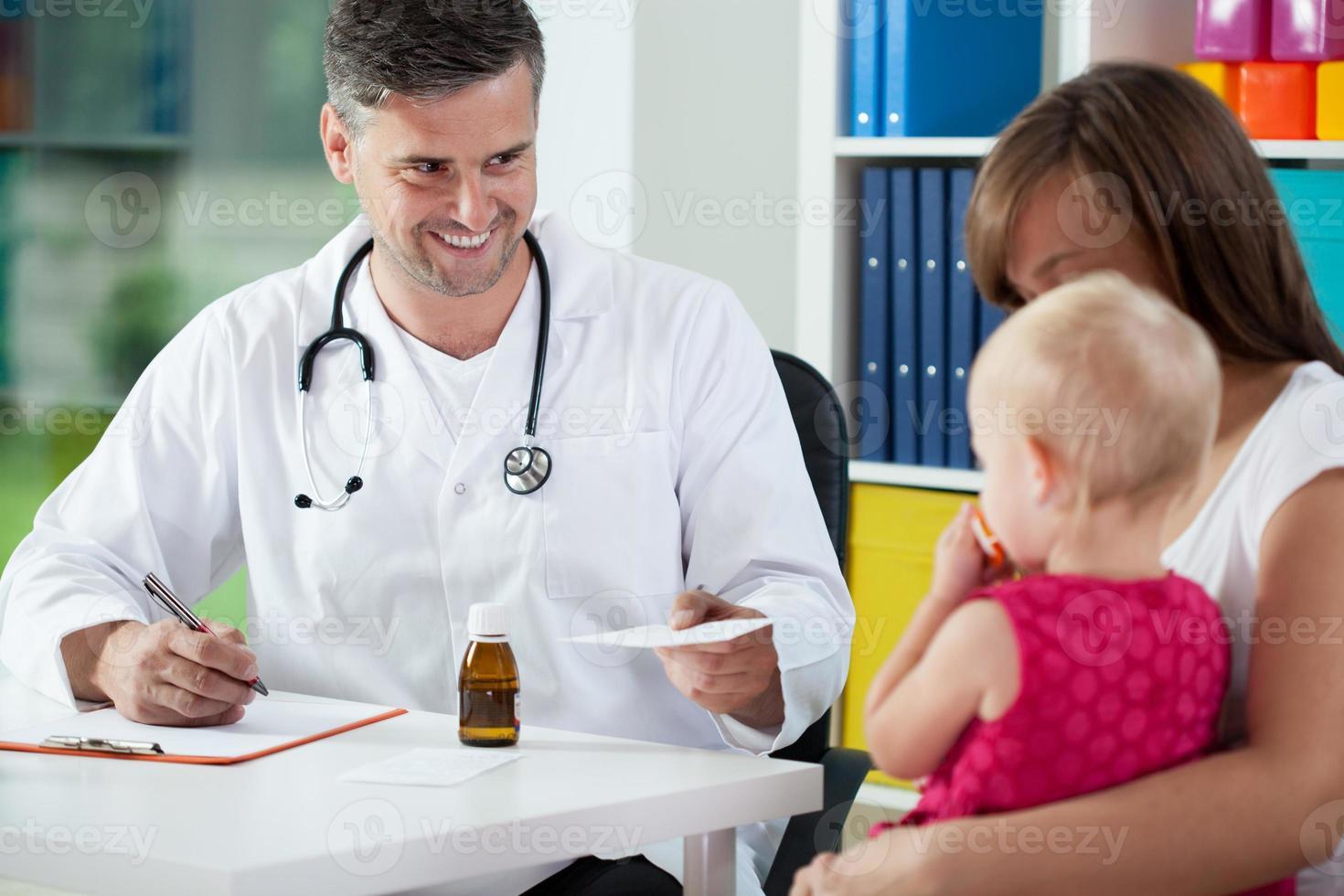 pediatra prescrever medicamentos foto