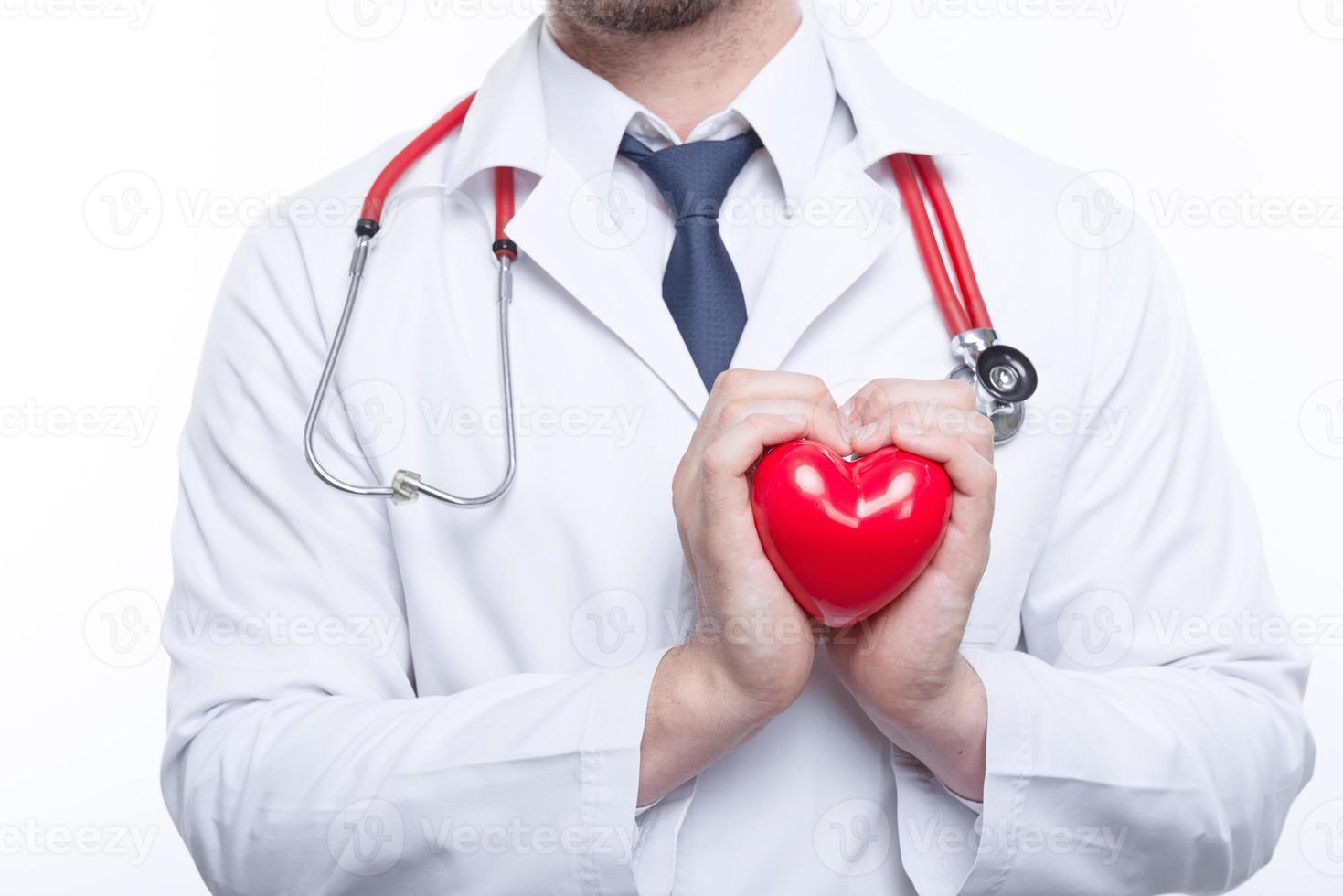 bom cardiologista segurando coração foto