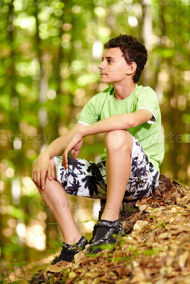 adolescente na floresta foto