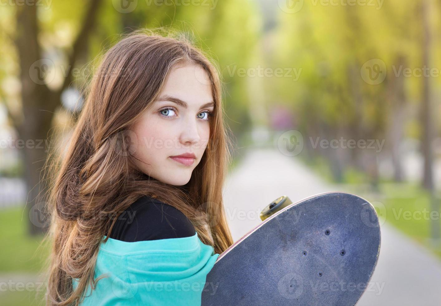 adolescente com skate foto