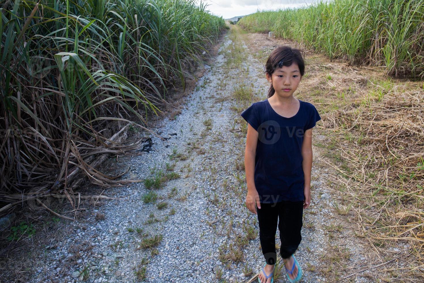 menina andando na estrada reta foto