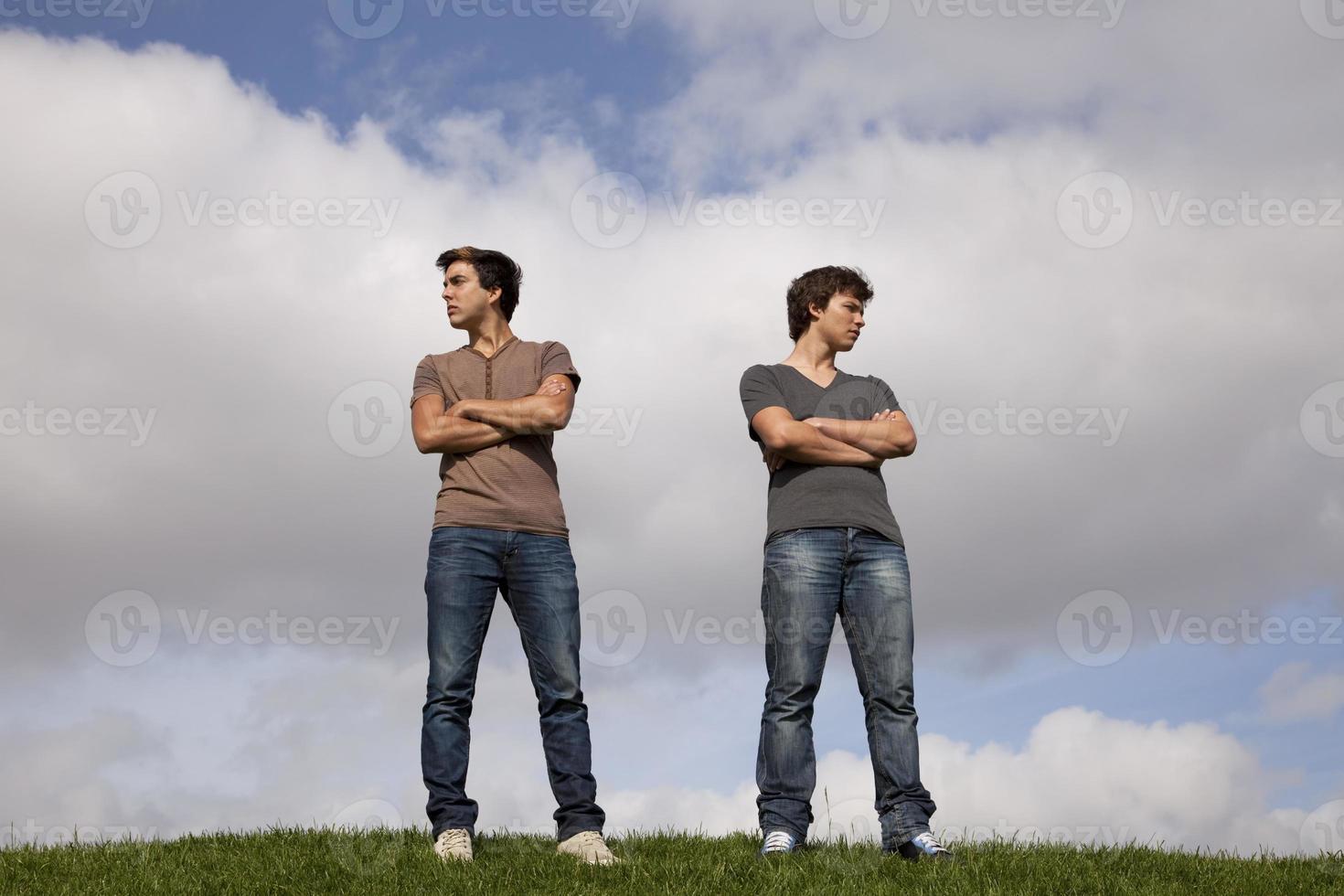 adolescentes com raiva no parque foto
