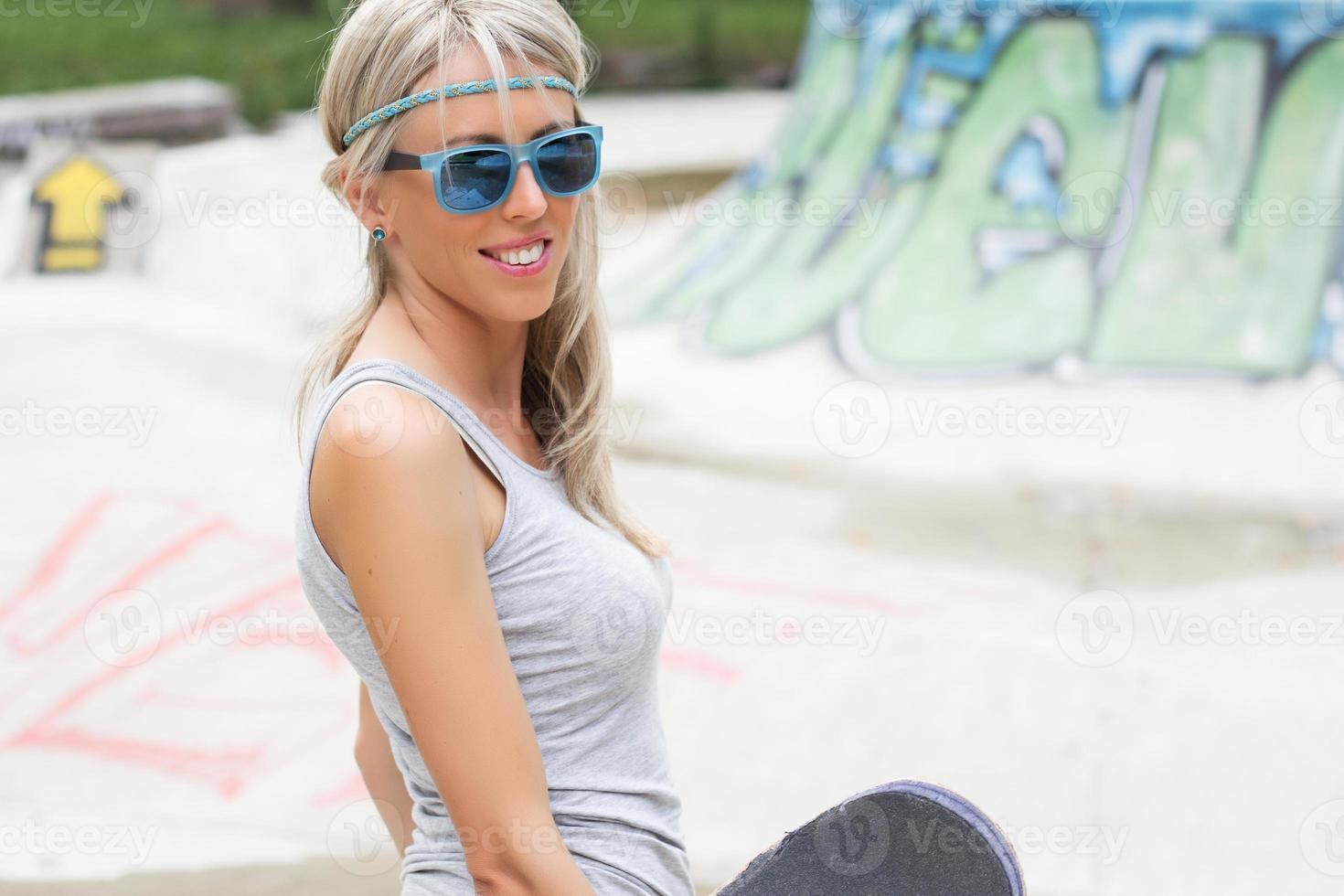 jovem adolescente no parque de skate foto