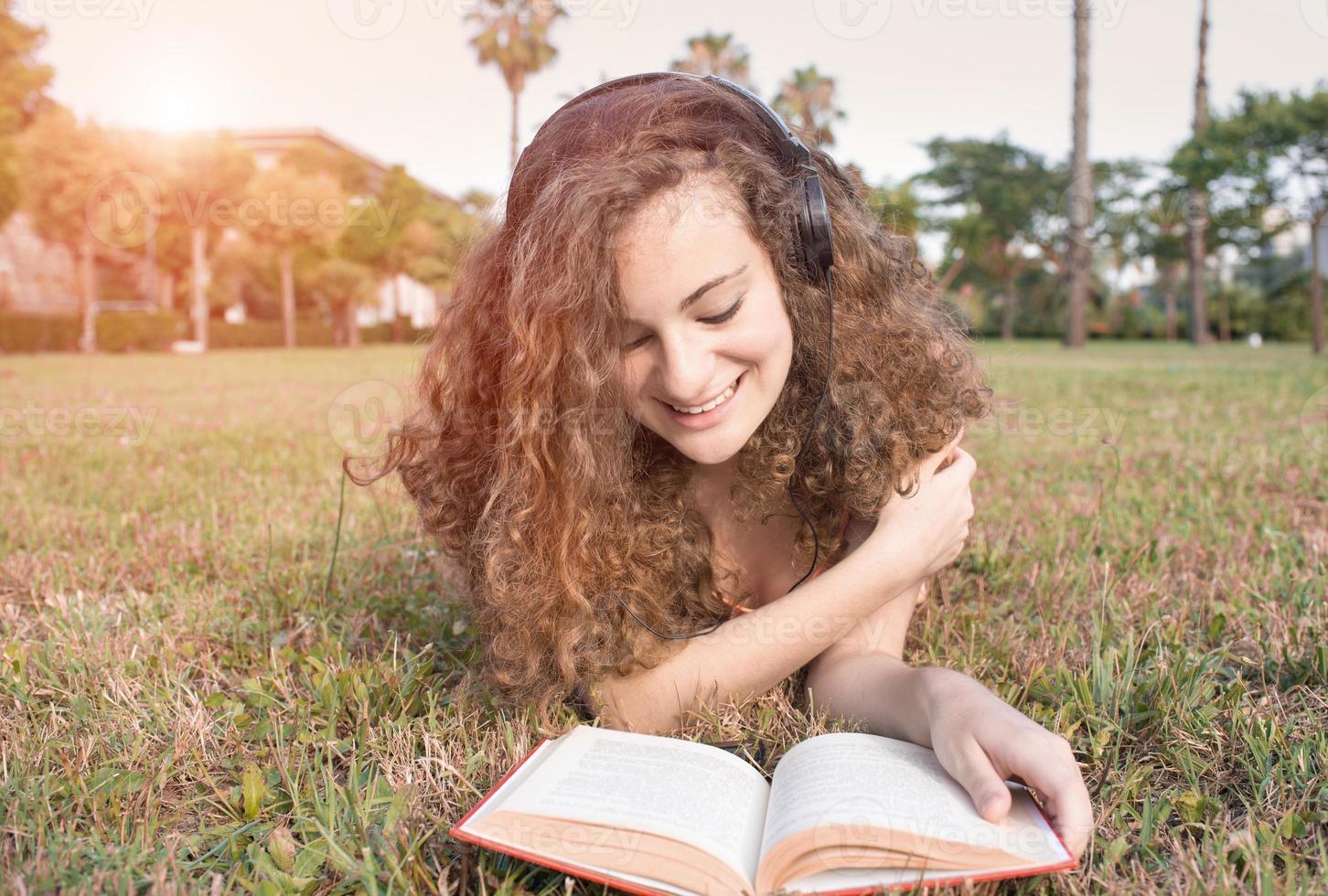 menina lendo o parque foto