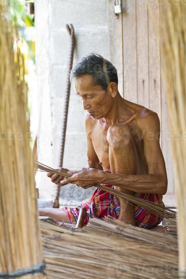 vassoura idosa masculina foto