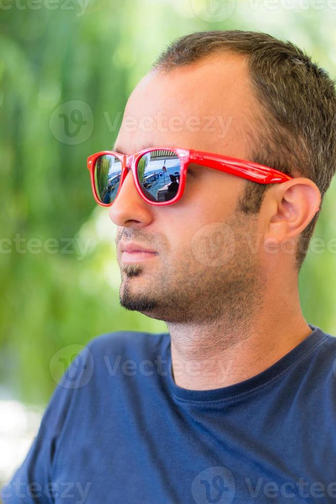 retrato masculino com óculos de sol foto
