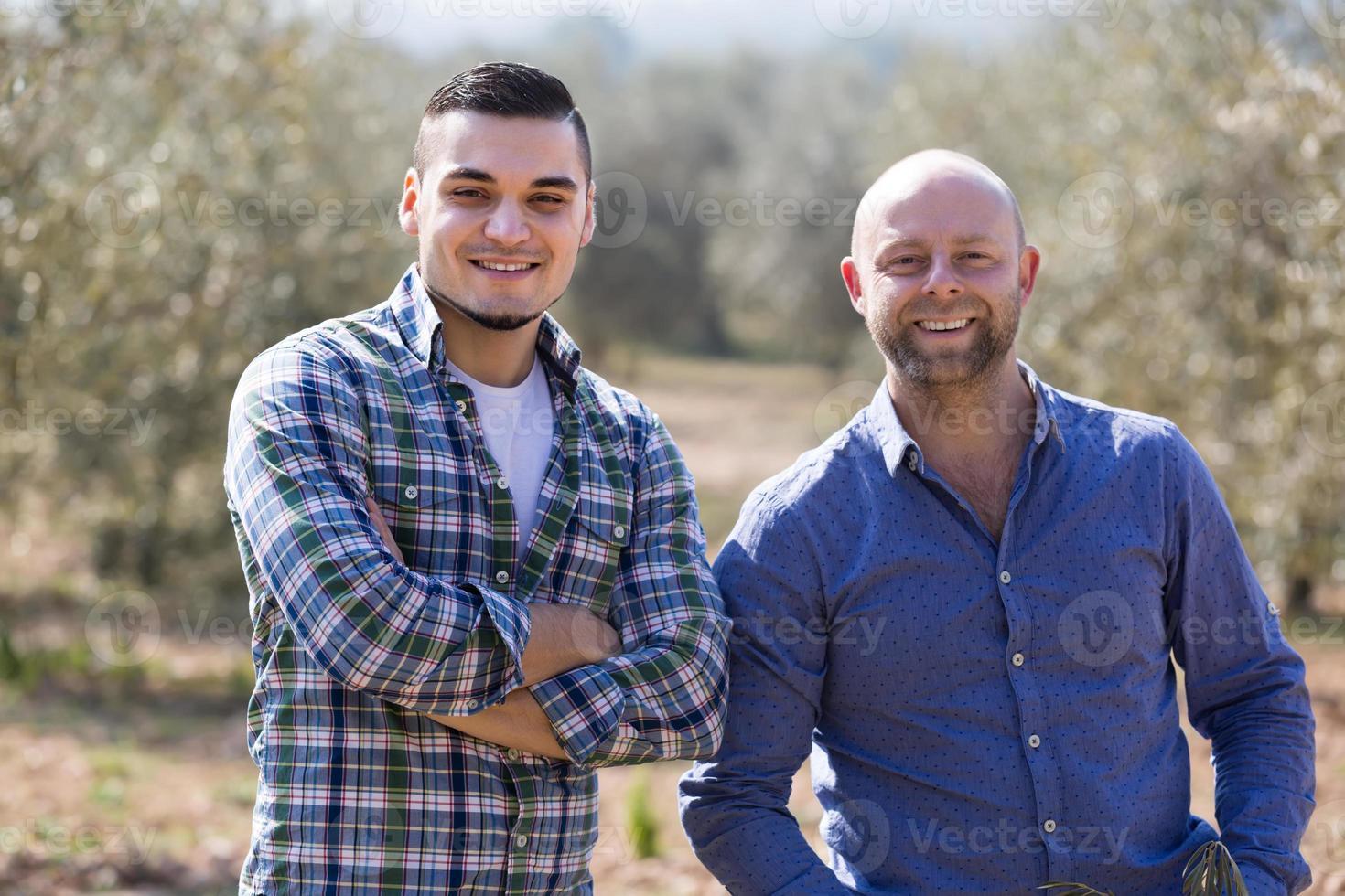 dois agricultores do sexo masculino na plantação foto