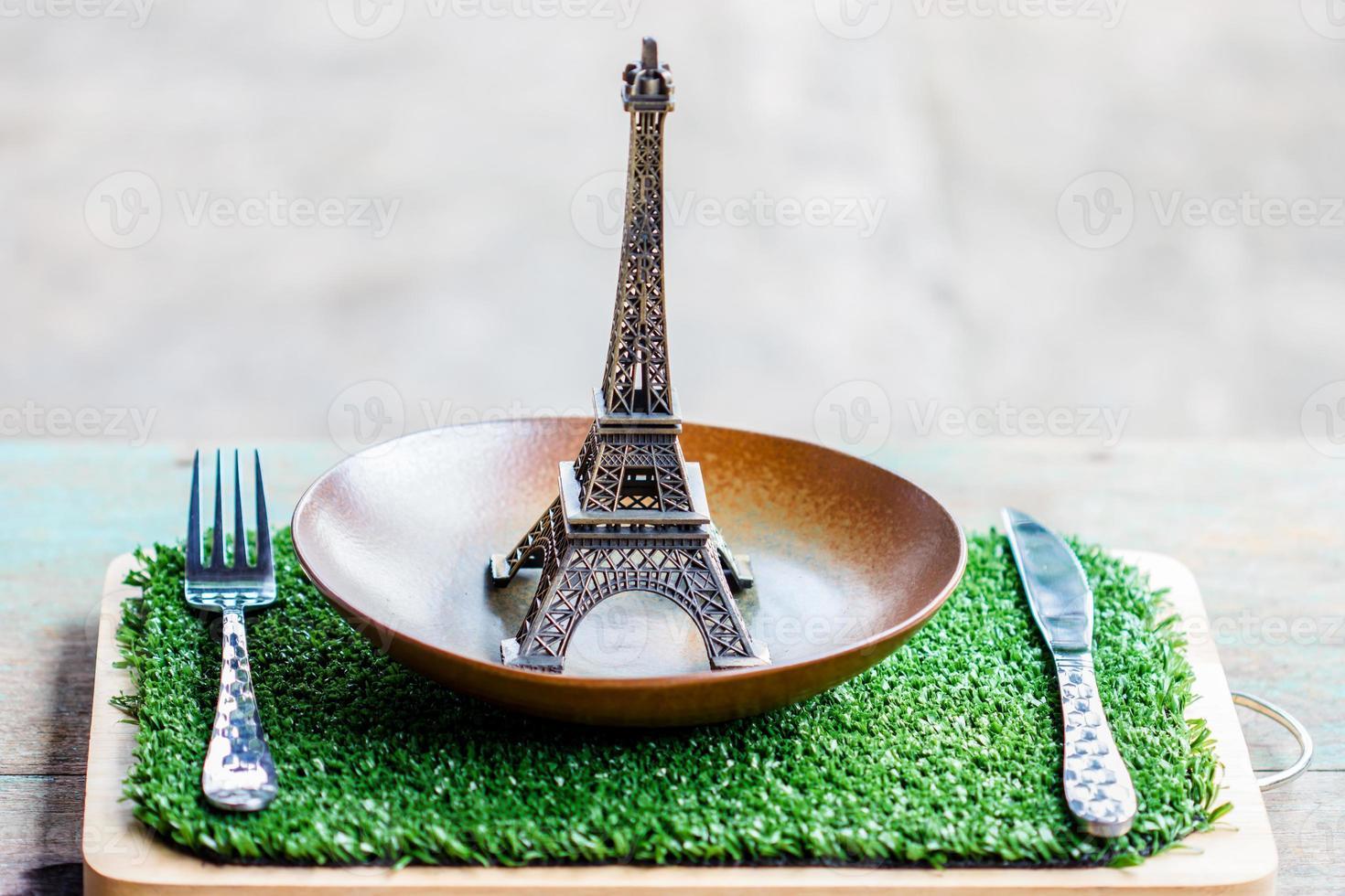 modelo eiffel na configuração da tabela de prato, garfo, faca. foto