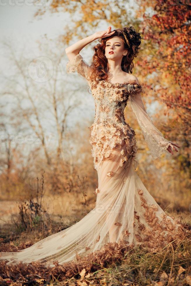 mulher bonita no parque outono foto