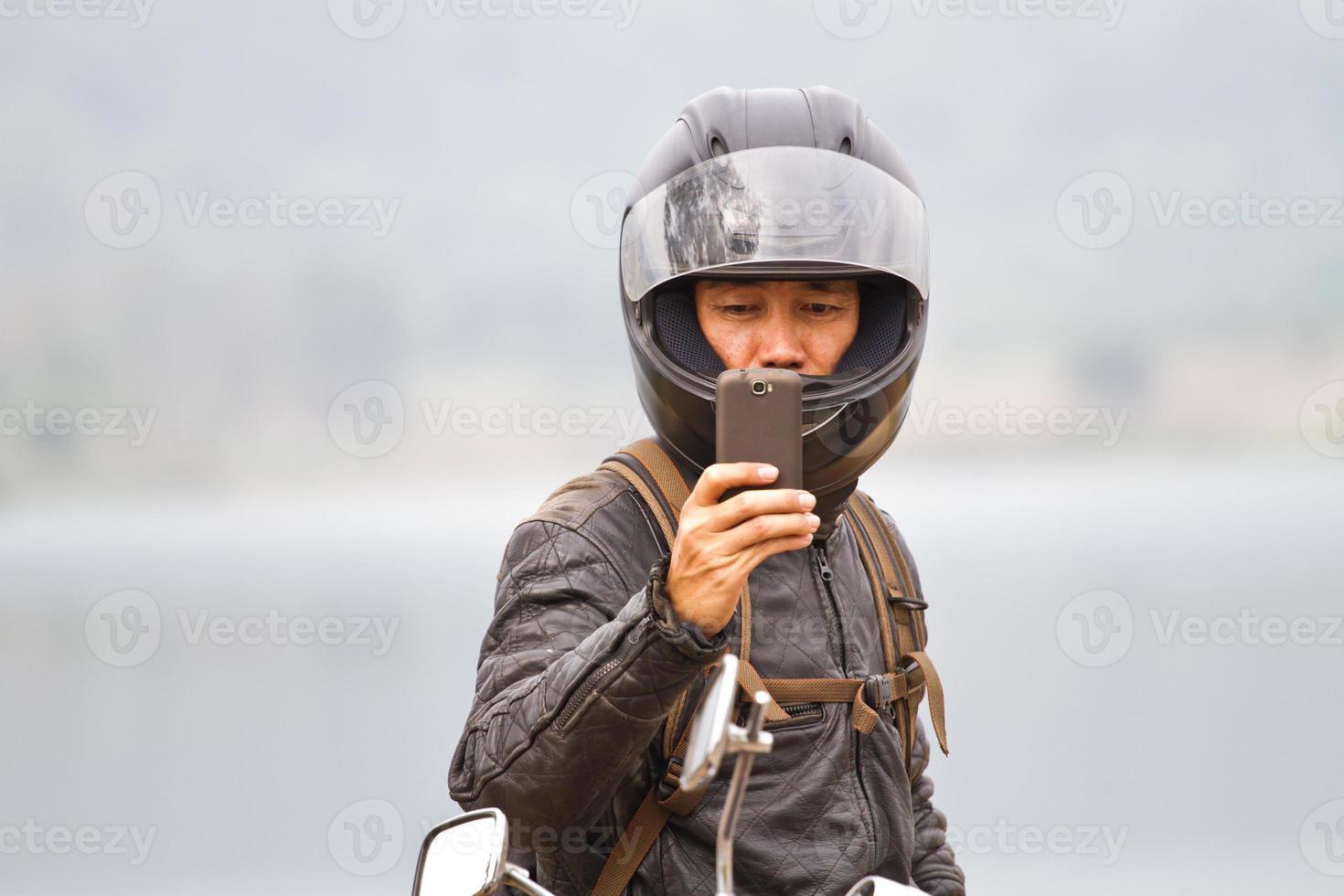 câmera do telefone móvel em mãos masculinas foto