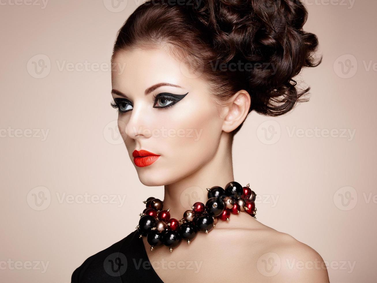 retrato de uma linda mulher sensual com penteado elegante foto