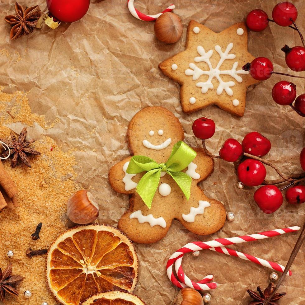 pão de gengibre de natal de cozimento foto