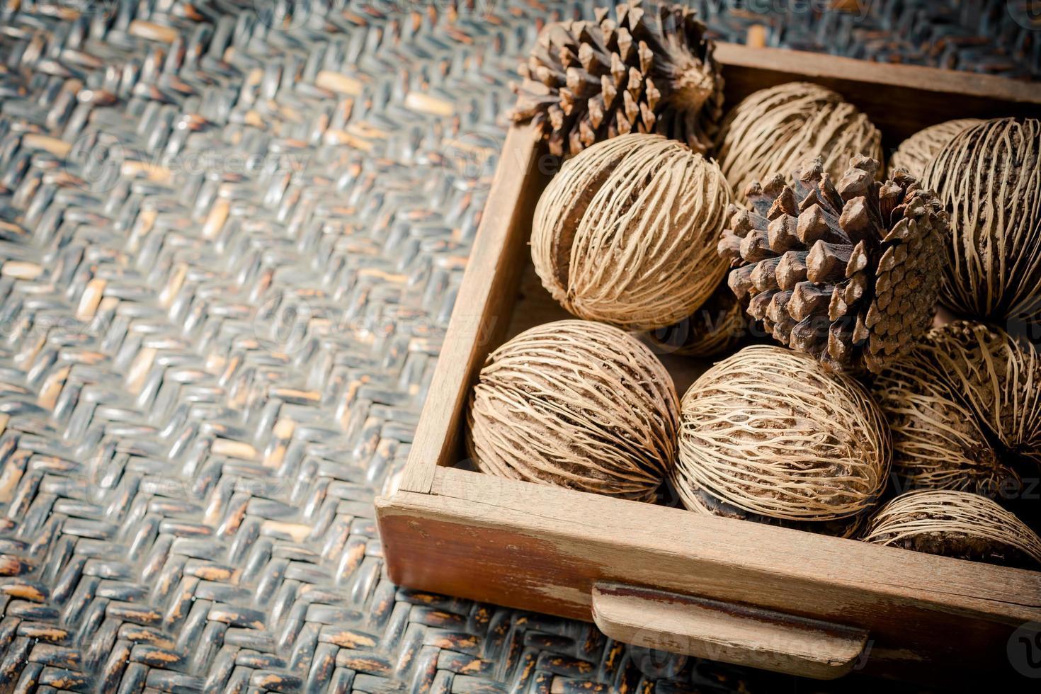 pinhas na bandeja de madeira foto