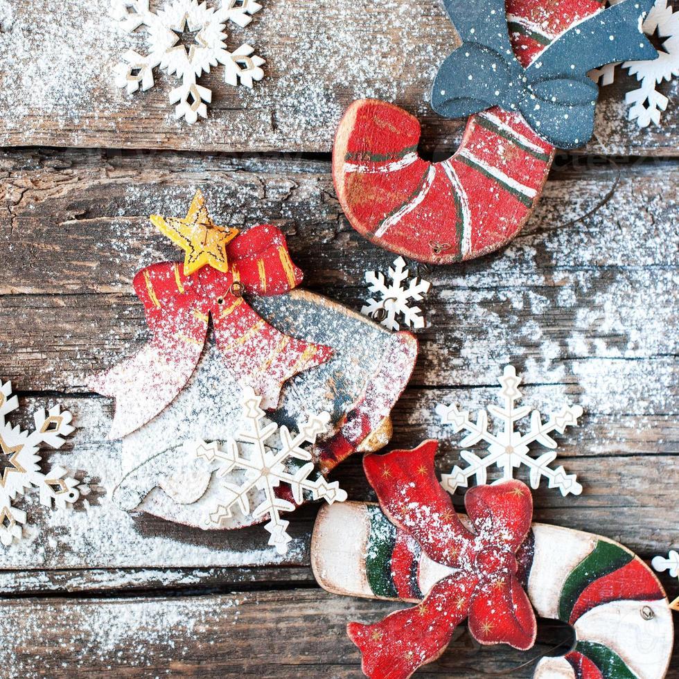 árvore de abeto de madeira brinquedos bastões de doces, sino e flocos de neve foto
