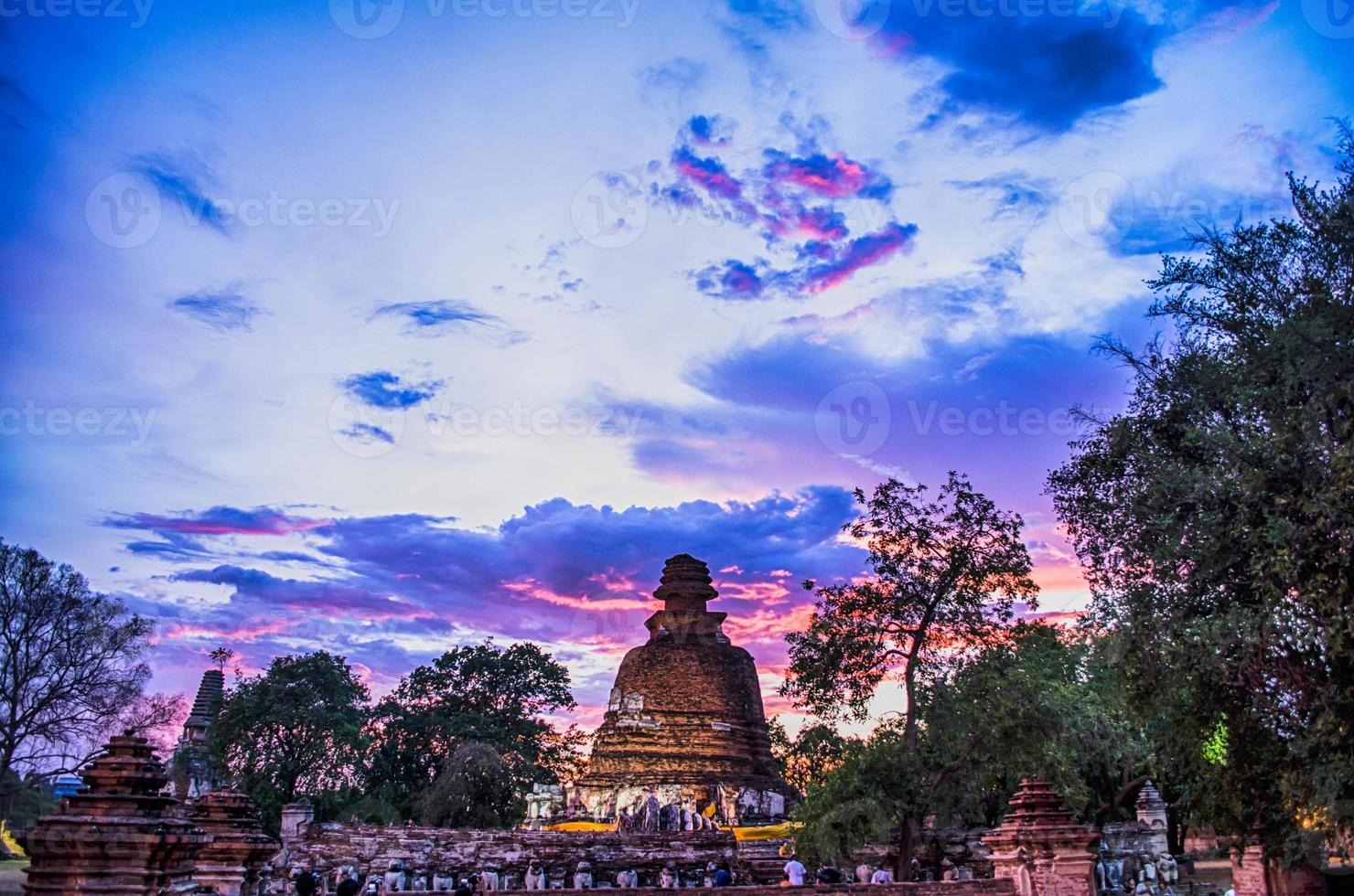templo de ayutthaya pelo crepúsculo foto