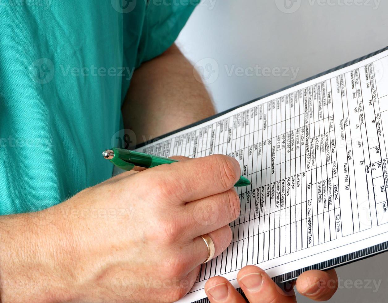 médico com ficha médica e estetoscópio foto