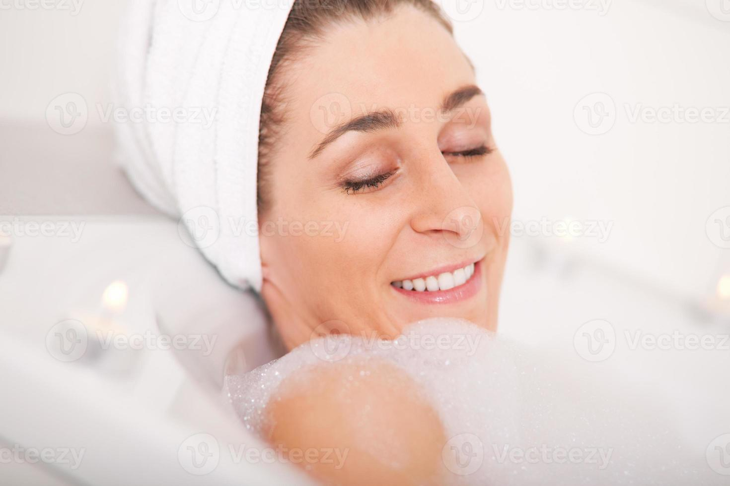 mulher toma banho foto