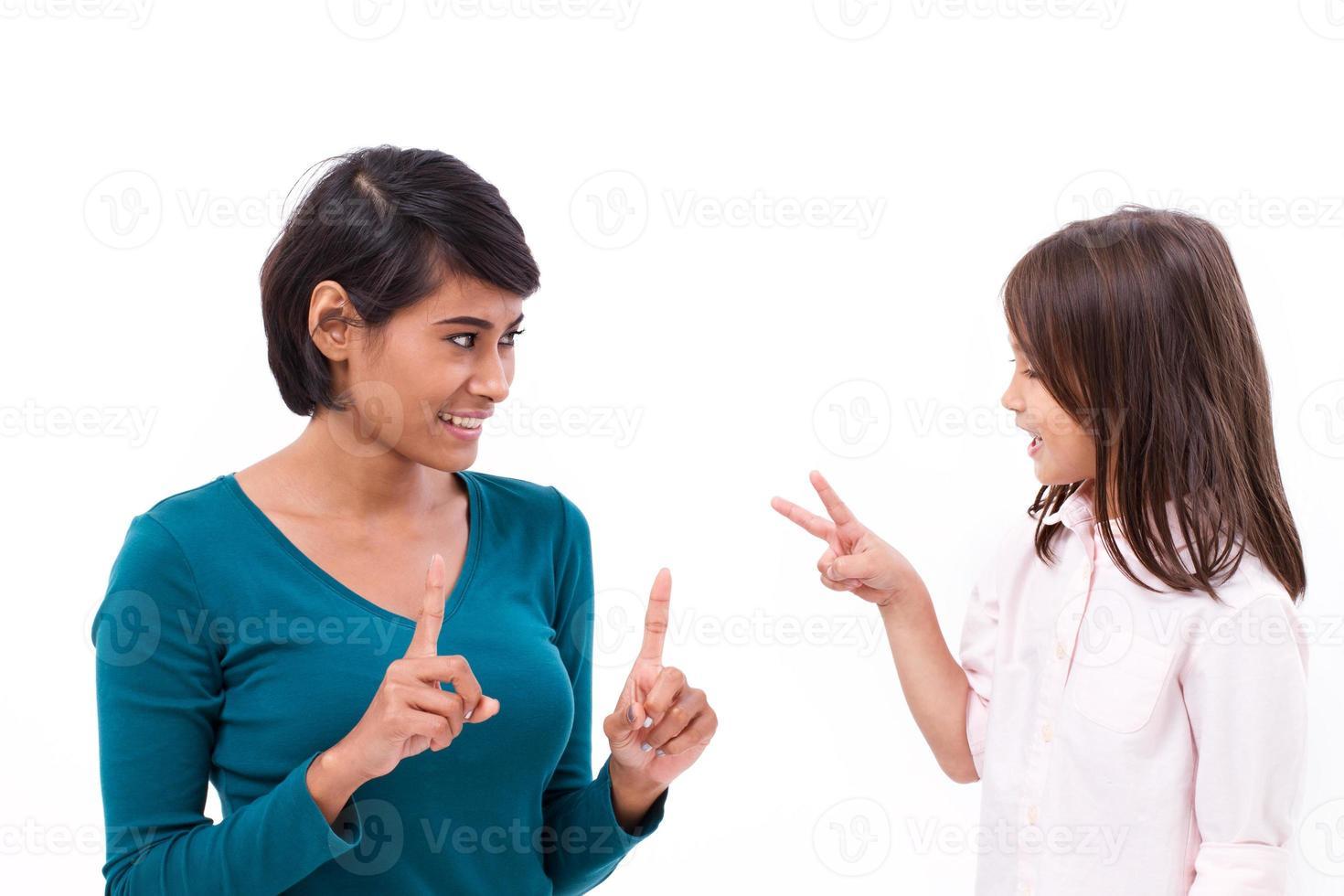 mãe ensinando matemática básica, contando o método para a filha foto